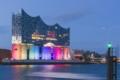 Hamburg Foto - Elbphilharmonie am Abend zur blauen Stunde illuminiert