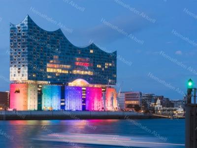 Elbphilharmonie am Abend zur blauen Stunde illuminiert