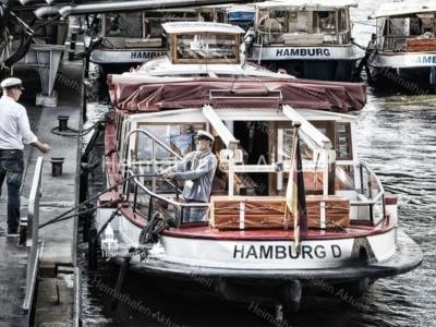 HAF-00015 - Hamburger Hafen - Barkassen und Kapitäne an den Landungsbrücken