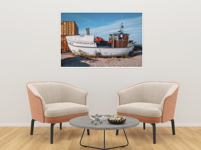 MAR-00002 - Maritimes - Fischerboot am Ostseestrand, gestrandet Wandbild dunkel