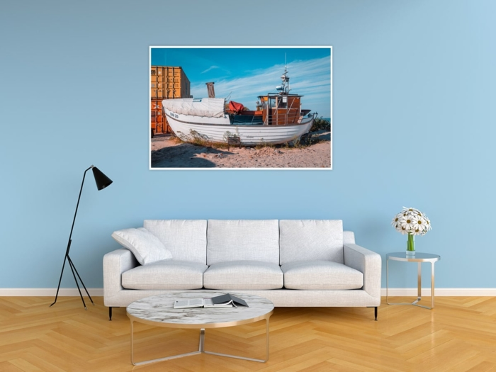 MAR-00002 - Maritimes - Fischerboot am Ostseestrand, gestrandet Wandbild hell