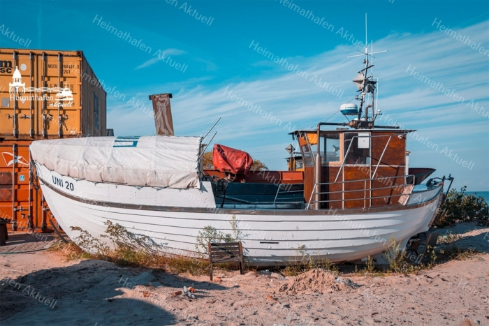 Hamburg Foto - MAR-00002 Gestrandet - Fischerboot am Ostseestrand gross