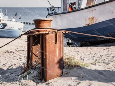 MAR-00006 - Maritimes - Fischerboot und Umlenkrolle am Ostseestrand