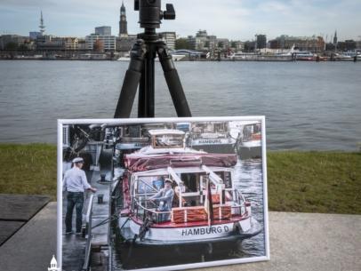 GER-00009- Barkassen und Kapitäne an den Landungsbrücken A3 gerahmt