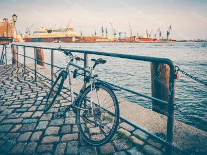 Hamburg Foto - HAF-00022 Fahrrad vor Hafenkulisse am Fischmarkt