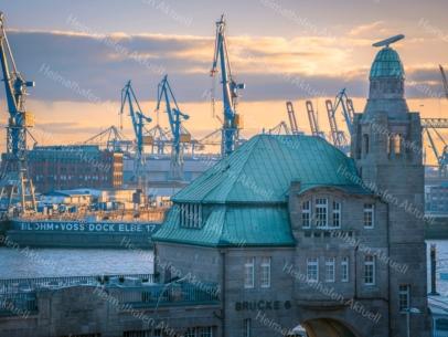Hamburg Foto - HAF-00063 Alter Elbtunnel und Pegelturm an den Landungsbrücken