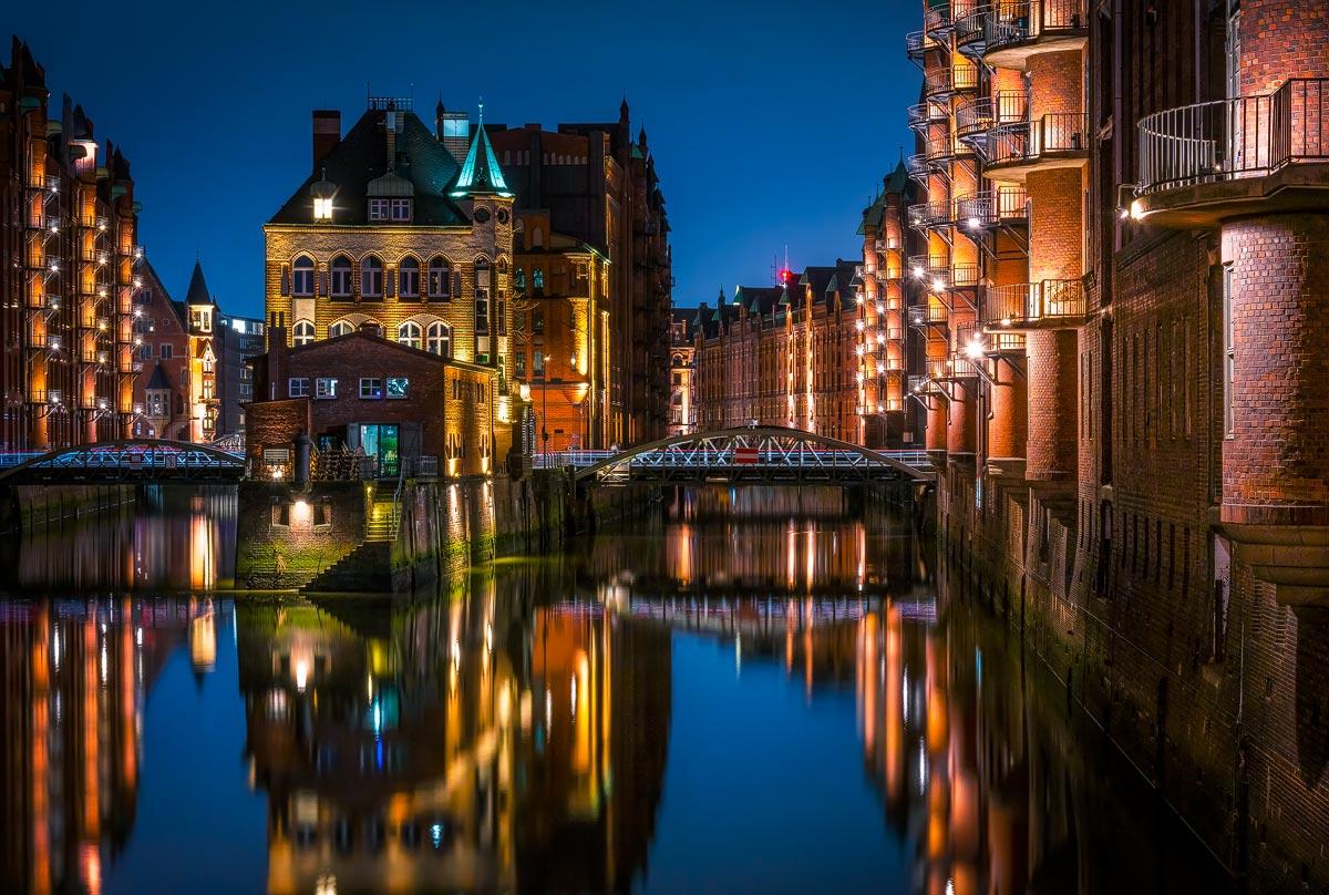 Hamburg Fotos, Bilder und Fotokunst: Wasserschloss in der Speicherstadt