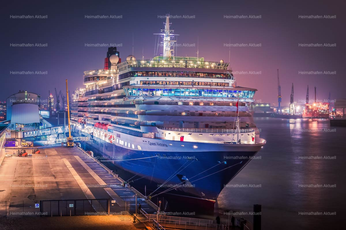 Hamburg-Hafenotos-HAF-00198-QUEEN-VICTORIA-2013-am-Abend-CruiseCenter-Altona
