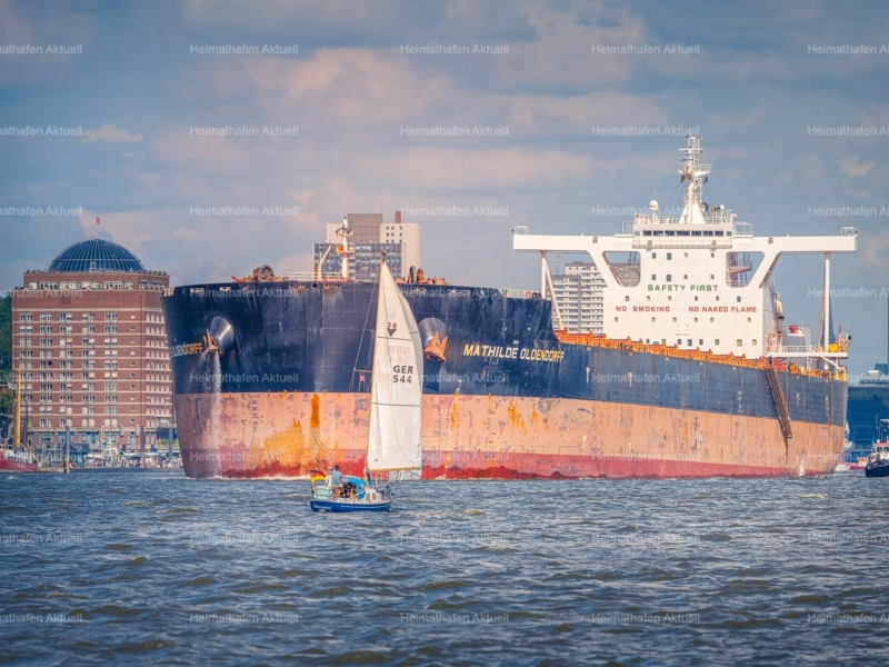 Hafenfotos Hamburg - HAF-201-MATHILDE OLDENDORFF-Begegnungen-auf-der-Elbe-David-gegen-Goliath