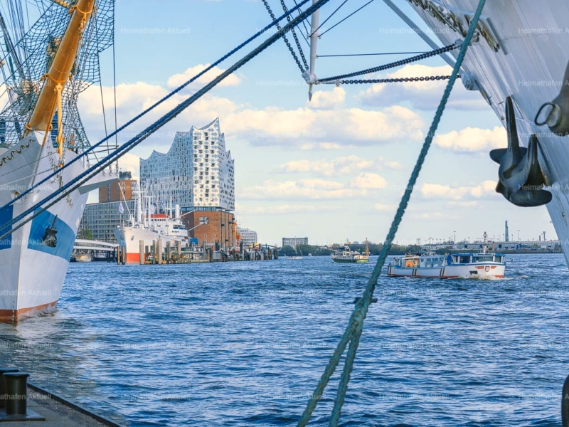 Hamburg-Foto HAF-00040-Großsegler an den Landungsbrücken