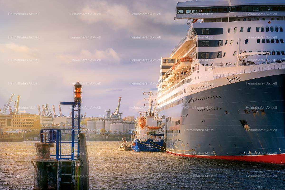 Hamburg Foto-HAF-00127-QUEEN MARY 2 im Hamburger Hafen